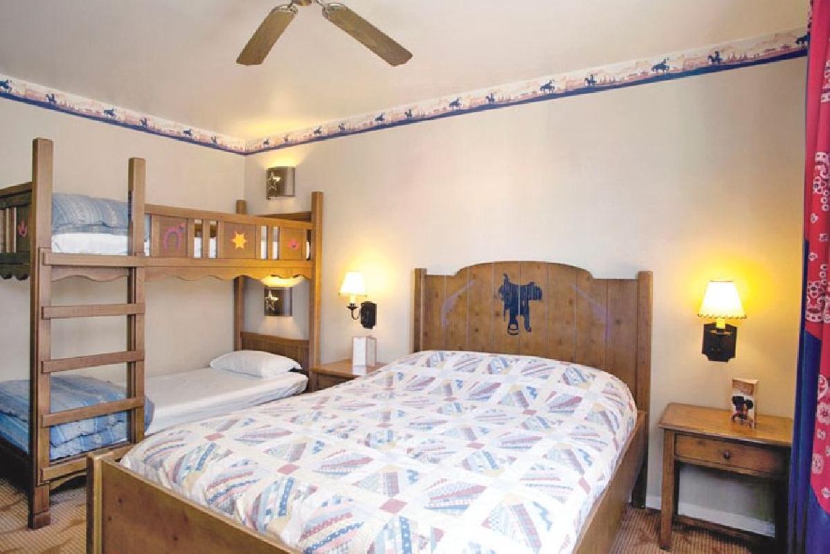 Disney 39 s hotel cheyenne france paris marne la vall e - Chambre hotel santa fe disney ...
